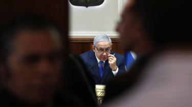Benjamin Netanyahu klynker i hver eneste offentlige ytring. Som mål for »en ondsindet venstrefløjshetz« vil han blive siddende som regeringschef, hvis han genvælges, idet sagerne mod ham vil trække ud i flere år.