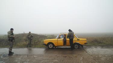 Den tilspidsede situation mellem Rusland og Ukraine har bl.a. betydet, at Ukraine har indsat checkpoints i Berdjansk i den østlige del af landet (billedet). Forholdet mellem Rusland og Ukraine er netop et af temaerne op til valget den 31. marts.