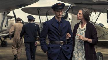 Selv ikke i luftvåbnet kan Romain (Pierre Niney) få fred fra sin overambitiøse, beskyttende mor, Nina (Charlotte Gainsbourg), i Éric Barbiers 'Løfte ved daggry'.