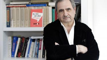 Han er iagttager og deltager på samme tid, og hans bog om de seneste 50 års intellektuelle kampe og idépolitiske konflikter er et vidunderligt indblik i, hvordan man kan gøre det, som er svært, kedeligt og anstrengende: studere verden, lytte til menneskene og finde sine egne holdninger, skriver Rune Lykkeberg om den franske tænkerPierre Rosanvallon.