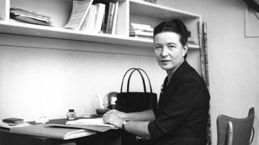Kvindelighed er intet i sig selv. Formålet med hendes feminisme erat huske os på, at vi alle besidder en stræben efter frihed, og at ingen, hverken os selv eller andre, har ret til at knægte den, skriver Tone Frank Dandanell om engenudgivelse af enrevideret udgave af Simone de Beauvoirs hovedværk'Det andet køn'.