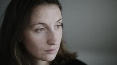 Romandebutant Amalie Langballe er journalist og har skrevet klummer i blandt andet Information og BT. Om sex og kønssygdomme, om overgreb, om at være steriliseret og om at leve med kræft tæt inde på livet.
