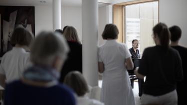 Musikterapeuten Hugo Jensen står for den ugentlige fællessang på Diakonissestiftelsens hospice på Frederiksberg. Det handler om at være sammen om det, der er svært. Uden at sige noget, siger han.