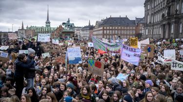»Hvorfor gå i skole, hvis vi ingen fremtid har?« og »Jeres forbrug, vores problem« er et uddrag af budskaberne på skoleelevernes bannere. Under sloganet »Er der en voksen til stede?« råber de på handling fra politikere,skriverAndrea Dragsdahl.
