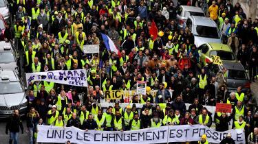 Christophe Guilluys grundlæggende tese er, at den franske middel- og overklasse har ghettoiseret sig selv ved at afskærme sig fra almindelige mennesker. Derved erflertallets problemerne forsvundet ud af elitens synsfelt.