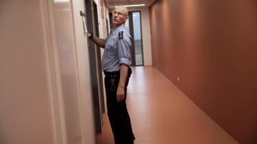 Kriminalforsorgen har forsøgt at afhjælpe personalemanglen med forskellige rekrutteringskampagner. Alligevel er personalemanglen altså nu så̊ udtalt og akut, at Kriminalforsorgen i nogle fængsler låser de indsatte inde i deres egen celle i længere tid.