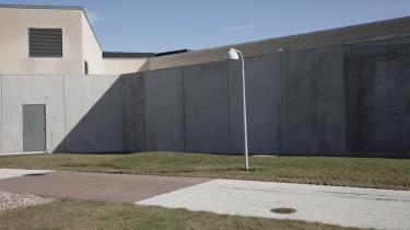 »Man skal ikke regne med, at personalemanglen er løst til sommer, og vi derved bare kan gå tilbage til normaldrift,« siger Kriminalforsorgens direktør om bemandingen i de danske fængsler, her Storstrøms Fængsel.