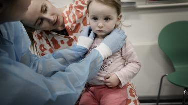 Ela er kommet med moderen i Herlev Hospitals børnemodtagelse efter fire dage med opkast og diarré. Men på grund af pladsmangel kan den 20 måneder unge pige ikke isoleres, men må vente på gangen i flere timer.