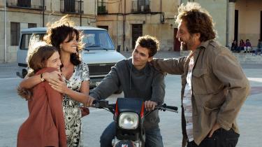 Penélope Cruz spiller Laura og Javier BardemPaco i Asghar Farhadis familiedrama 'Alle ved det', og lige som resten af personerne i filmen tilbageholder de enorme vandmasser fulde af skuffede følelser, desperation, skuffelse, nid og nag.