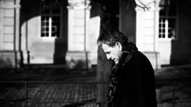 Lighederne mellem Jens Christian Grøndahl og den fiktive Adam Huus er tydelige. I sin nye roman kaster Grøndahl sit alterego ud i en shitstorm lig den, han selv kom i efter en udtalelse om Kim Wall i 2017. Og gennem den mindre sympatiske variant af sig selv, skyller Grøndahl sit autofiktive jeg ud i læserens lokum