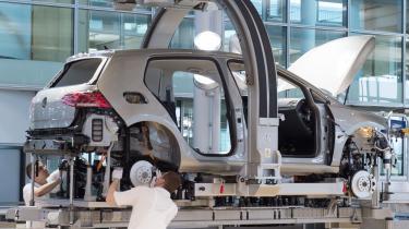 Arbejdere er i gang med at samle en bil, der kører på el på Volkswagens fabrik i Dredsden. Efter næsten fire år i dieselkrisens tegn prøver Volkswagen nu at dreje supertankeren rundt og styre mod en emissionsfri fremtid i 2050