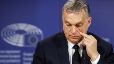Det er taktisk klogt, men også kortsigtet, at EU-Parlamentets største gruppe, EPP, har suspenderet EU's problembarn Viktor Orbán, men ikke ekskluderet ham. For det koster på troværdigheden, mener den anerkendte ekspert i ungarsk politik, Peter Kreko