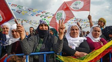 Det kurdiskgrønne HDP (Halk Demokratik Partisi– Folkets Demokratiske Parti)opstiller ikke i det vestlige Tyrkiet. Deholder sig til de kurdiske provinser i sydøst og opfordrer kurderer i den vestlige del af landet til at stemme på CHP.