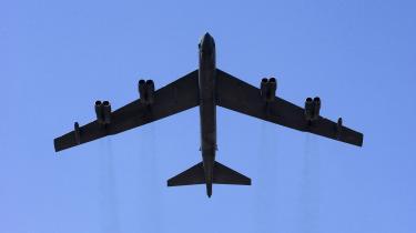 Det russiske forsvarsministerium har offentliggjort en video af to russiske jagerfly, der torsdag opfangede og eskorterede et amerikansk bombefly af typen B-52H i luftrummet over Østersøen.
