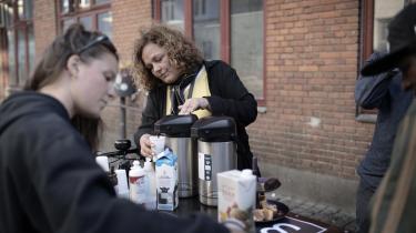 Ifølge retshjælpen Gadejuristen tyder det på, at politifolk på gaden giver udsatte stofbrugere bøder, selv om Folketinget har besluttet noget andet. Her er det Gadejuristens stifter Nanna Gotfredsen, der uddeler kaffe og møder stofbrugere på gaden.