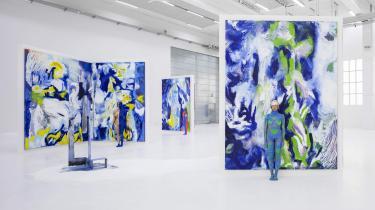 Det lykkes Donna Huanca at gøre kvindekroppen som model fri af lærredet, kvindekroppen træder bogstaveligt fra den todimensionelle position og ud i verden og sætter sine egne taktile, sensuelle, kropslige spor. Donna Huanca, LENGUA LLORONA (2019). Installation, Copenhagen Contemporary