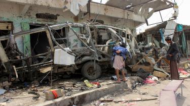 Lokale stimler sammen om en ødelagt bus på et marked i Saada-provinsen i Yemen den 10. august 2018. Bussen blev ramt af et missil fra den saudiskledede koalition, og adskillige børn omkom ved angrebet. 14 ud af 17 pensionskasser, som Information har undersøgt, investerer i selskaber, der leverer militært udstyr eller tjenesteydelser til Saudi-Arabien.
