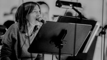 Som forsanger i Portishead har BethGibbons været en smadret, betagende bluessanger, der nedbrød konventionerne og medopfandt genren triphop. Som sopran i opførslen af polske Henryk Góreckis Symphony No. 3 (Symphony Of Sorrowful Songs) træder hun med begge ben ind i en klassisk tradition, endda ledsaget af The Polish National Radio Symphony Orchestra.