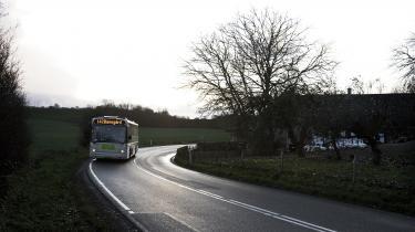 Regionerne driver i dag en række busruter, der går på tværs af flere kommuner, og disse tværkommunale busruter er i fare med nedlæggelsen af regionerne. Det vil betyde dårligere busforbindelser for dem, som bor i udkanten af Danmark, frygter flere eksperter og regionerne