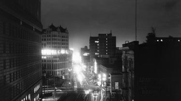 Det centrale Los Angeles fotograferet om aftenen den 10. december 1941. På få årtier var byen blevet et fikspunkt for den nye amerikanske drøm, og fra 1910 til 1930 eksploderede indbyggertallet fra cirka 300.000 til næsten 1,3 millioner, og i takt hermed naturligvis også kriminaliteten og korruptionen.