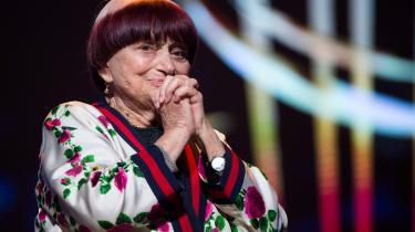 Det er svært at forestille sig Agnès Varda som gammel, skriver The Guardians filmkritiker i en nekrolog over den franske filminstruktør. Hendes sjæl var evigt ung, skriver han, selv hendes hår var gennem hele hendes liv klippet i den samme ungpige-pagehårfrisure.