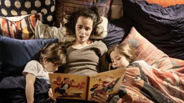 Hos familien Nunes Tonnesen læser Michaeli Nunes Tonnesen højt for Rosa og Sonja Nunes Tonnesen, og de kan alle genkende mange af de fordele, som forskere nævner.