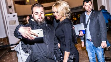 Tilhørere og deltagere vil lige have en selfie med Baywatch-stjerne Pamela Anderson. Hun er ikke selv kandidat for Europæisk Forår, men turnerer for tiden med et roadshow om behovet for radikal klimakamp og social retfærdighed.