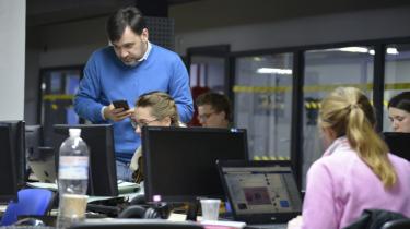 Der er spænding at spore hos Jevhen Fedchenko, da de første exit polls bliver frigivet klokken 20 lokal tid. Han kan ikke lade være med at vise sin skuffelse over, at skuespilleren Volodymyr Zelenskij løb med sejren.