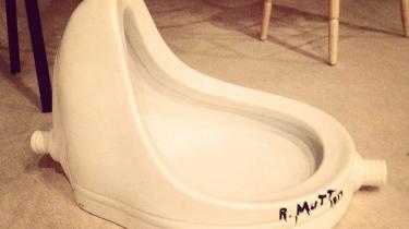 Marcel Duchamps berømte og banebrydende urinal, Fontaine. Eller mere korrekt: en replika af den berømte kumme, hvis kunstneriske ophav måske slet ikke skal tillægges Duchamp alligevel.