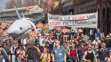 Tusindvis af berlinere var på gaden for at demonstrere mod de stigende huslejepriser. Inden for de seneste 10 år er lejeniveauet steget med mellem 70 og 90 procent.