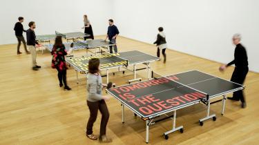 Rirkrit Tiravanija har opstillet fem bordtennisborde med ARoS-udstillingens titel 'Tomorrow is the Question' skrevet på bordene.