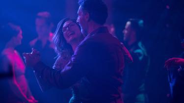 Det er på dansegulvet, at Gloria (Julianne Moore) føler sig allermest glad og fri, og det er her, hun møder Arnold (John Turturro) i Sebastián Lelios 'Gloria Bell'.