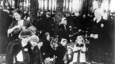 Ungarske jøder venter foran Krematorium V. Pigen i den lyse frakke er Gertie Mermelstein. Sammen med hende er hendes søster, mor, bedstemor og tre andre slægtninge. De vil alle blive myrdet i gaskammeret få timer senere.