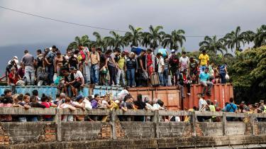 Tusindvis af venezuelanere er strandet i Cúcuta i Colombia, efter at grænsen til Venezuela blev lukket efter nødhjælpsfejden i februar.