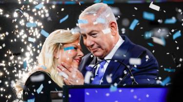 Netanyahu har uhindret adgang til Det Hvide Hus, han er på håndtryk med Vladimir Putin, som tolererer israelske bombninger af iranske mål i Syrien, og han har etableret en uformel, men reel alliance med Saudi-Arabien og Forenede Arabiske Emirater mod den fælles fjende i Teheran.