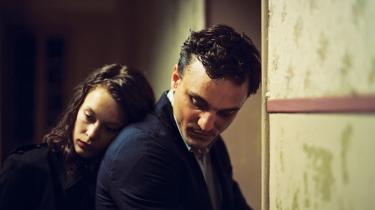 Georg (Franz Rogowski) møder Marie (Paula Beer), da han på flugt fra nazisterne ender i havnebyen Marseilles og her må ventepå at kunne komme væk i Christian Petzolds 'Transit'.