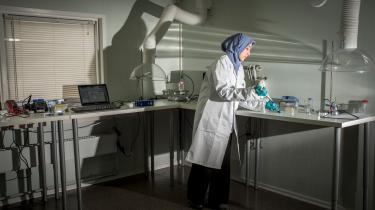 Fatima AlZahra'a Alatraktchis sensor kan på bare 60 sekunder detektere, om patienten bærer inficerede bakterier. Men i forbindelse med sit ph.d.-studie har hun ikke måttet fortælle patienterne, at de er syge, og den viden har været og er fortsat svær at bære på – specielt når det drejer sig om børn, fortæller hun.
