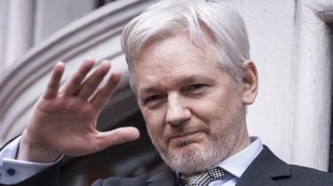 Tilbage i 2016 søgteJulian Assange beskyttelse ved den ecuadorianskeambassade iLondon. Nu er han ikke længere i beskyttelse, og ud fra et pressefrihedsmæssigt synspunkt er det positivt, at Assange indtil videre er under anklage som hacker og ikke som publicist eller journalist. Alligevel kan der være grund til bekymring over anklagen.