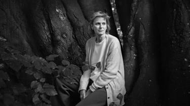 I Siri Hustvedts nye roman Minder om fremtiden kaster hun sig hovedkulds ind i den litterære leg mellem selvbiografi, fiktion og hukommelse. Teksten strutter af overskud. Hun har åbenbart moret sig, mens hun skrev. Det er legende, ondskabsfuldt og overraskende, men samtidig klogt og intellektuelt udfordrende.
