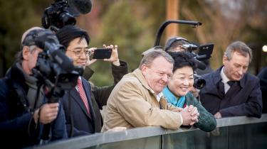 Statsminister Lars Løkke Rasmussen (V) og Kinas ambassadør i Danmark Deng Ying ser på pandaer underderes besøg i Københavns ZOO