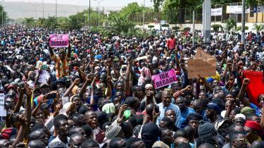 Efter fredagsbønnen den 5. april samledes demonstranter i protest mod regeringens manglende handlekraft og mod vestlig og ikke mindst Frankrigs tilstedeværelse i landet. På deres skilte står blandt andet, at den siddende præsident, Ibrahim Boubacar Keïta, populært kaldet IBK, skal gå af.