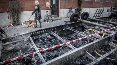 Dagen derpå efter søndagens demonstration på Blågårdsgade på Nørrebro i København. Her er det resterne efter en nedbrændt skurvogn.