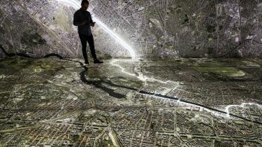 Stasi-udstillingens omdrejningspunkt er et aflangt og mørklagt rum. På gulvet og op ad væggene er der tegnet et kæmpe kort over Berlin før Murens fald. Grænsen mellem Øst og Vest er tydeligt markeret, og sensorer i en iPad opfanger forskellige steder på bykortet, som man kan trykke på og herigennem finde ud af, hvad Stasi engang foretog sig lige præcis dér.