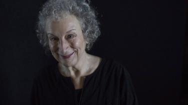 Canadiske Margaret Atwoods roman 'Katteøje', som netop er blevet genudgivet, er en bog om giftige pigegrupper. Om veninder, der udsætter hinanden for psykologiske tricks for at kontrollere og holde hinanden nede: trusler, bagtaleri, gruppepres, antydende kommentarer.