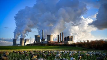 I mere end et årti har den britiske organisation Carbon Tracker forsøgt at råbe verden op om den store finansielle risiko ved energiselskabernes beholdninger af fossile reserver, der ikke kan blive brændt af, hvis Parisaftalen skal overholdes. Nu begynder de store investorer at erkende risikoen, og olie-, kul- og gasbranchen forsøger at slå tilbage
