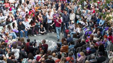 Socialdemokraterne ser ud til igen at skulle danne regering på et spinkelt flertal med opbakning fra Podemos og de catalonske separatistpartier. Her er det Podemos-leder Pablo Iglesias, der opildner publikum i Palma de Mallorca den 15. april.