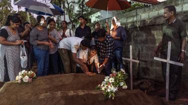 Pårørende til ofre for bombeangrebene sørger ved begravelserne af deres familiemedlemmer.