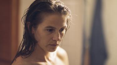 'Til vi falder' med svenske Lisa Carlehed i den bærende rolle lader os se det vanvid, som ægteparret Adam og Louise gennemgår, efter at have mistet deres søn.