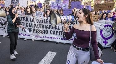 Kvinder under demonstration i Barcelona på kvindernes internationale kampdag den 8. marts, hvor flere hundredtusinder deltog. De senste år er feminismen igen blevet mainstream i Spanien. Da den økonomiske krise ramte Spanien i årene efter 2008, blev kvinder klart hårdere ramt end mænd. Derfor begyndte de ikke kun at organisere sig politisk, men også̊ som feminister.