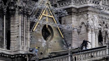I sidste uge fandt YouTubes nye værktøj til at faktatjekke nyheder en sammenhæng mellem kollapset af det brændende spir i Paris og kollapset af de brændende tvillingetårne i New York. YouTube kom fejlagtigt til at markere branden i Notre Dame som muligvis forbundet til terrorangrebet den 11. september 2001.